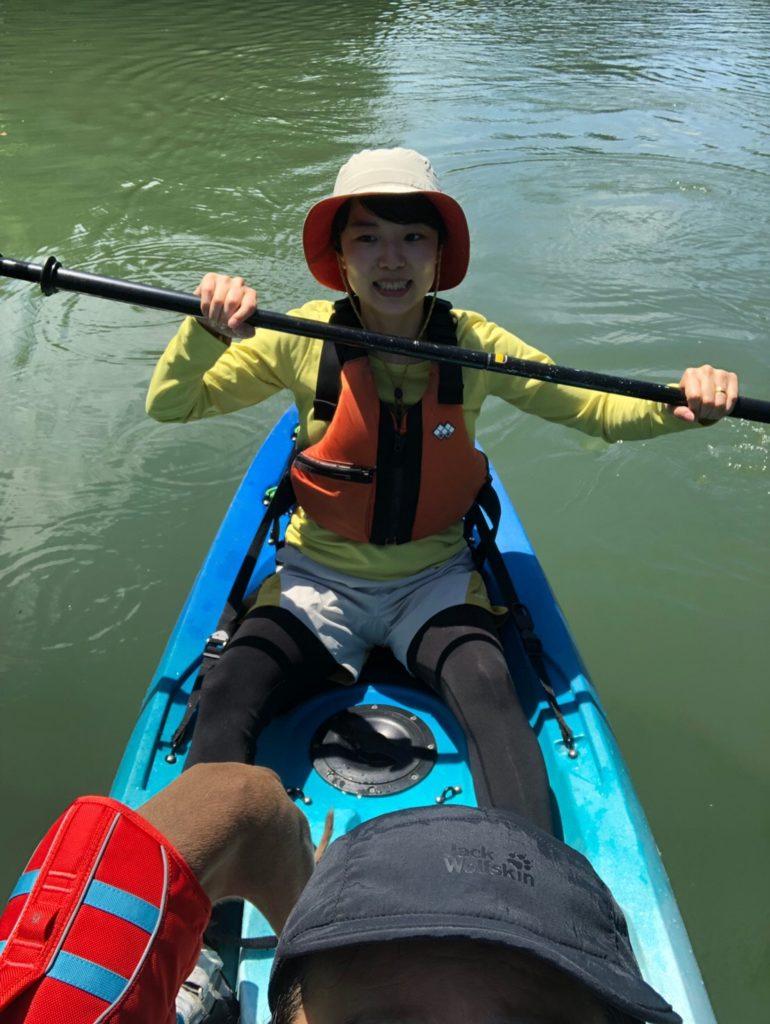 カヤックを漕ぐ女性