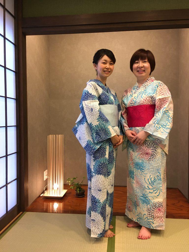 浴衣を着た二人の女性
