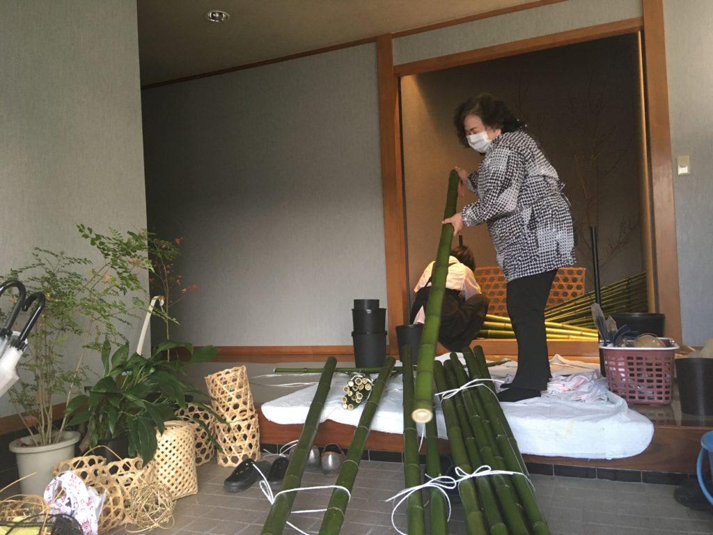 竹を持ち上げる女性