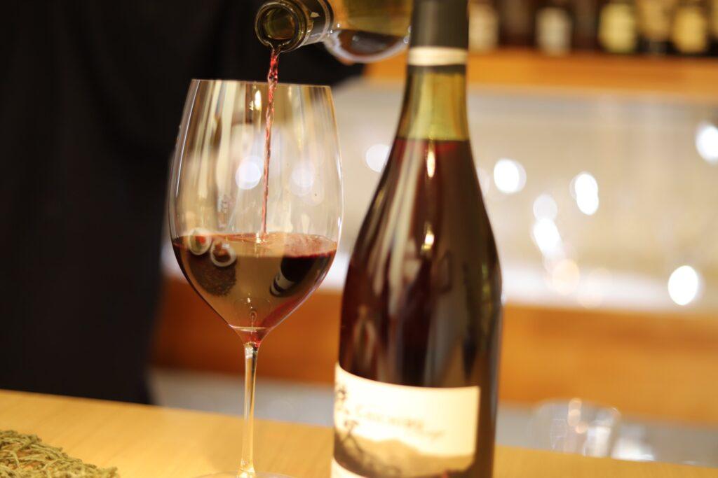 兎田ワイナリーの赤ワインを注ぐ手