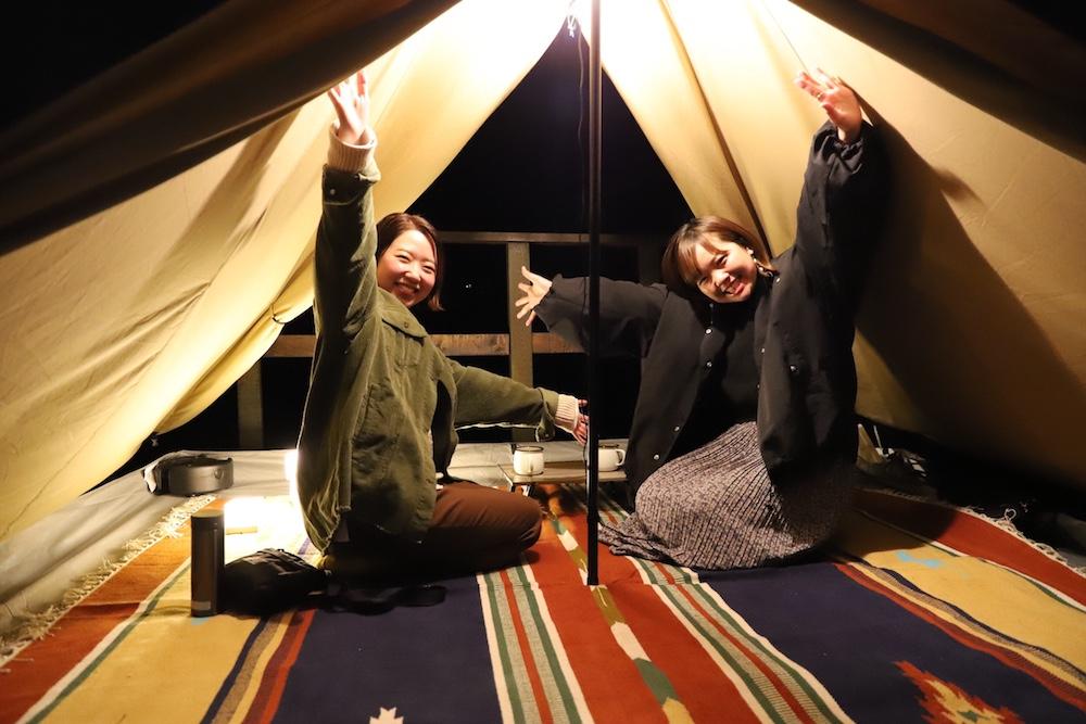 テントの中の女性2人