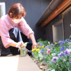 花を摘む女性