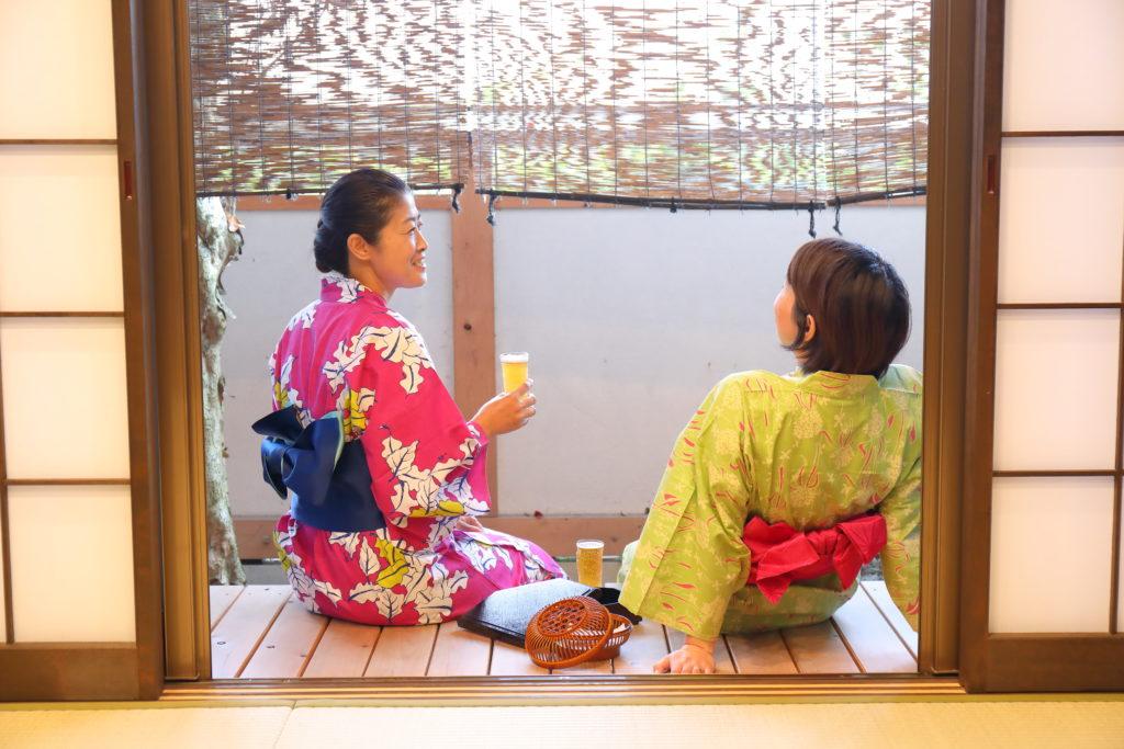 縁側に腰掛ける二人の女性