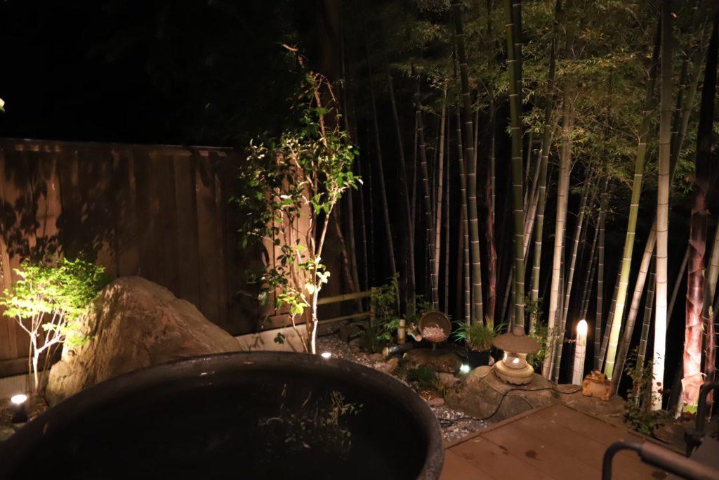 ライトアップされた竹やぶ